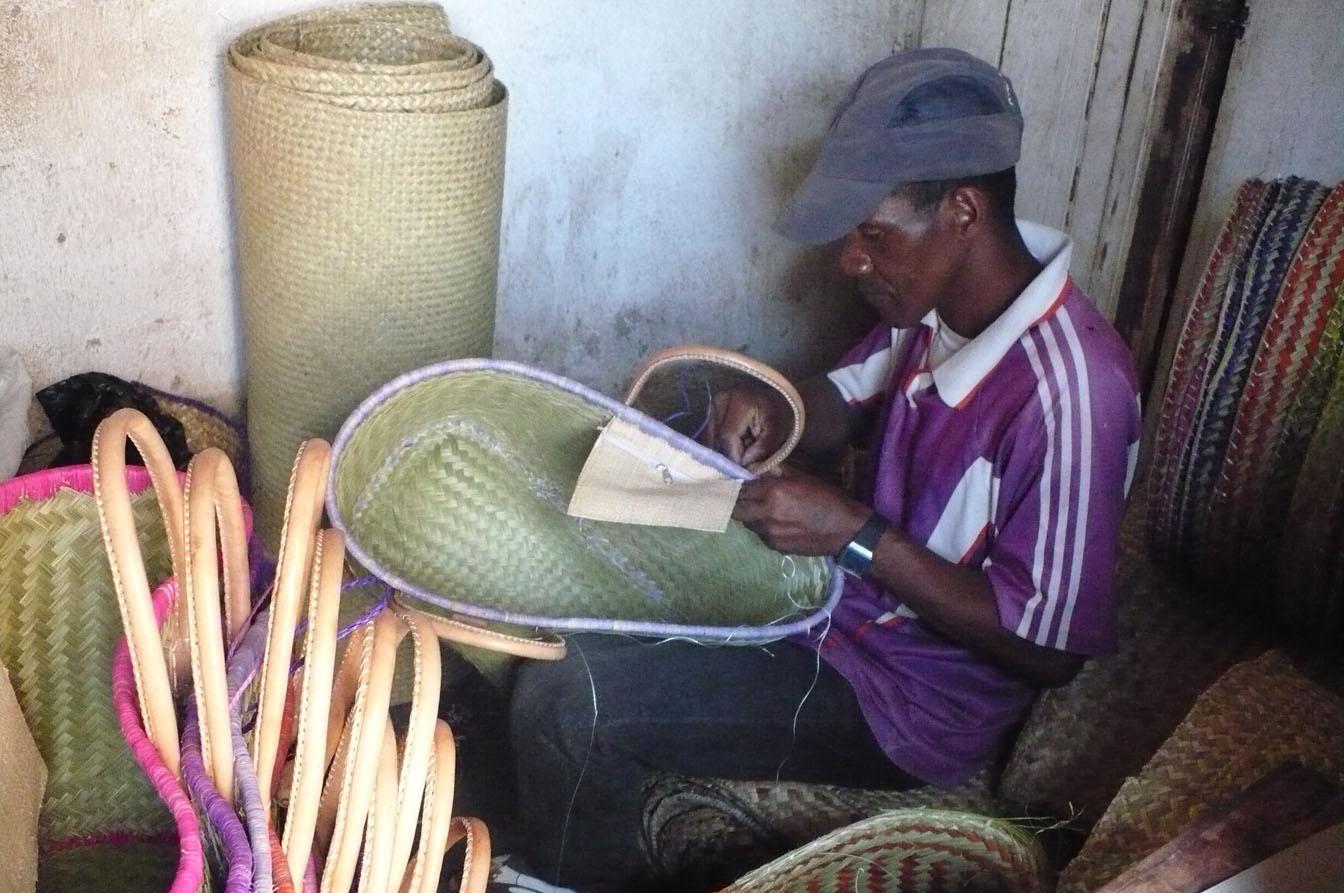 Fabrication De Panier Tissé : L art de la vannerie hautex artisanat madagascar